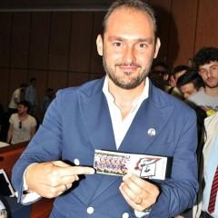 A Gianluca Di Marzio la tessera dell'associazione Verità per Denis.